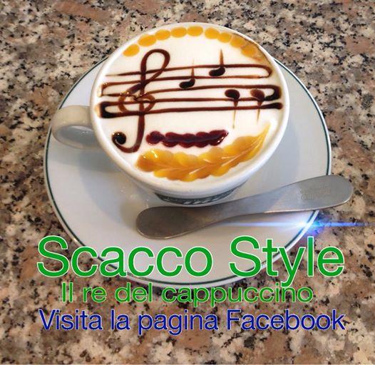 il Cappuccino di scacco style, uno spartito musicale, ottima idea per promuovere un bar, differenziandosi dalla massa