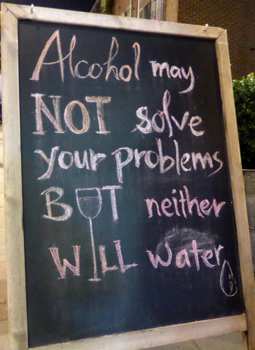 insegne di bar divertenti marketing per bar alcool non risolve i problemi ma nemmeno l'acqua