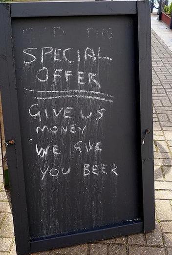 insegne di bar divertenti marketing per bar offerta speciale soldi in cambio di birra